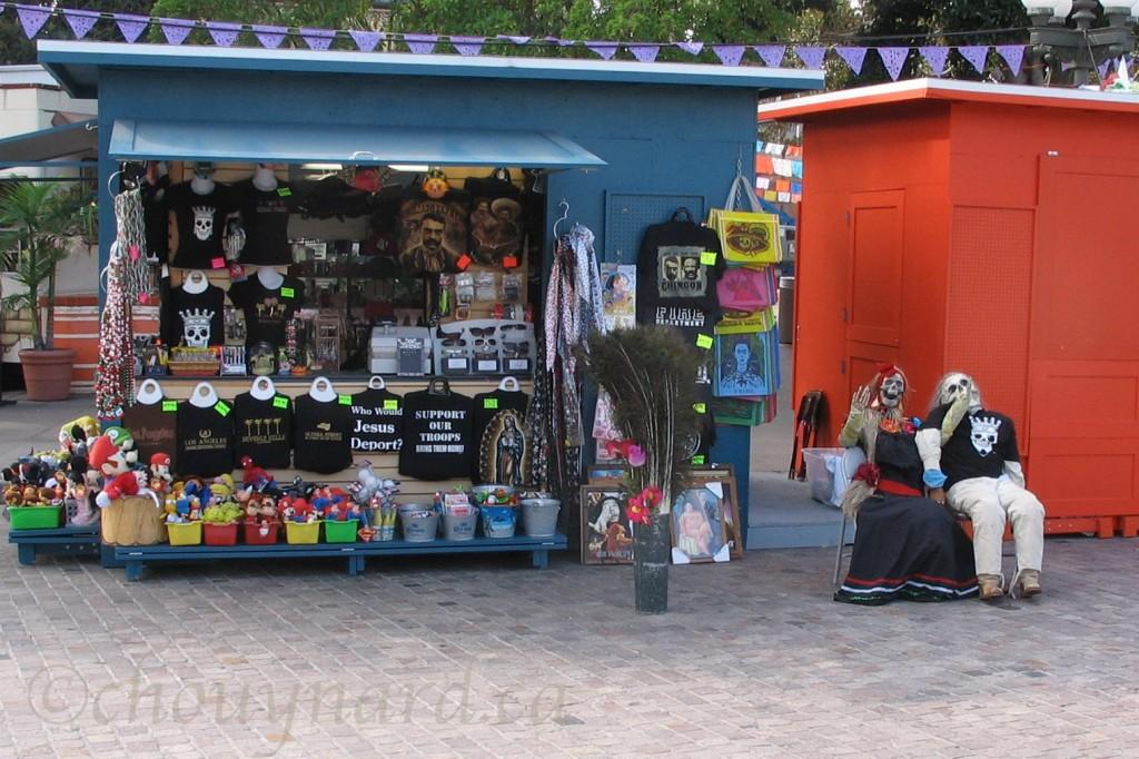 Día de los Muertos à Los Angeles, Californie. Les décorations garnissent les parcs, les commerces et les habitations en prévision de l'Halloween et du jour des morts. Un couple morbide semble s'amuser ferme près de kiosques de marchands ambulants dans le secteur d'Olvera Street. (Photo d'octobre 2007)