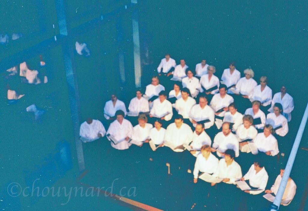 Premier concert du Chœur du Musée de la civilisation offert au cœur même de l'établissement, dans le hall du Musée en 1998. L'image n'est pas de qualité mais elle saura probablement soulever de doux souvenirs chez ceux qui ont eu la chance d'y participer.