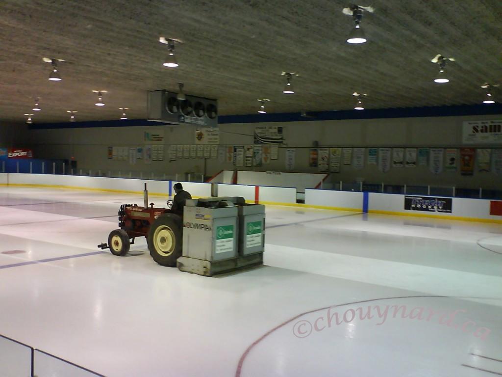 Le public disparait lorsque la « Zambolympia » du Centre Claude-Bélisle saute sur la glace. Photo prise en février 2008